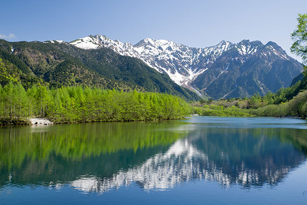 北アルプスの雪解け水が長い時間をかけて山々にろ過された「水が生まれるまち」の天然水